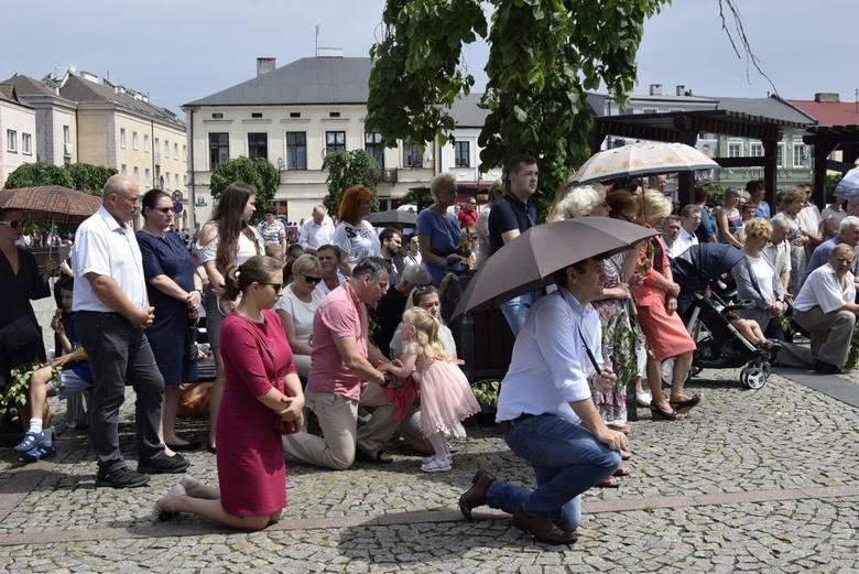 Procesje Bożego Ciała, zorganizowane przez parafie w centrum Skierniewic, połączyły się w Runku. Przed zbudowanym tam ołtarzem odbyła się wspólna dla wszystkich uczestników procesji msza święta.