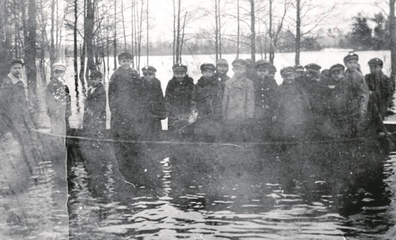Rok 1935. Gdy na wiosnę w Zbójsku wylewał Niemen, uczniowie byli dowożeni do szkoły łódką.