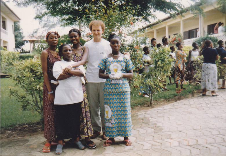 Wybrzeże Kości Słoniowej . Ojciec Jan Kupis podczas lekcji katechezy. Pierwsza od prawej przyjęła właśnie chrzest