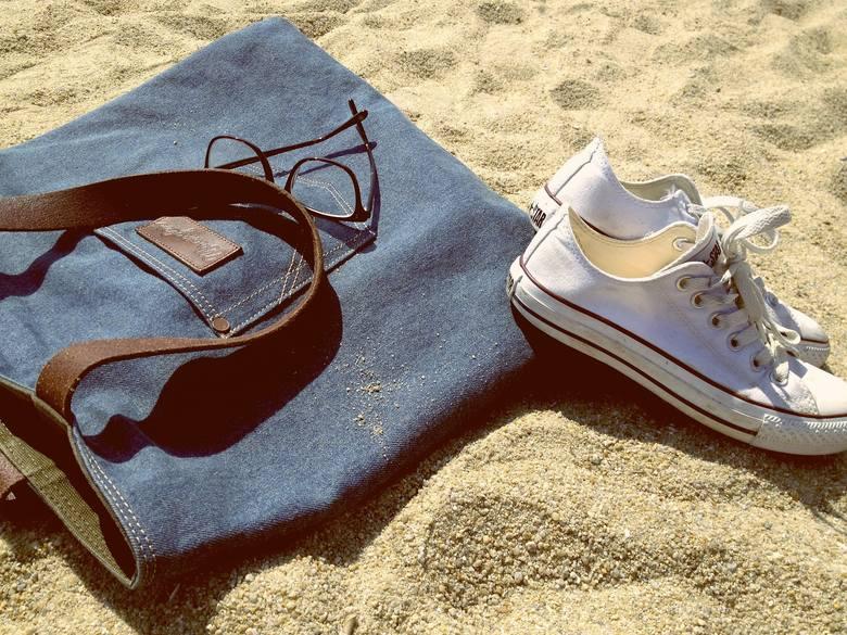 Jeans to materiał nie tylko na spodnie. Torebka wykonana z takiego materiału idealnie sprawdzi się do codziennego użytku.