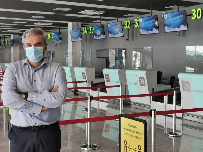 Prezes Artur Tomasik przed nowymi punktami odprawy. Nowy terminal B na lotnisku w Pyrzowicach w lipcu 2021Zobacz kolejne zdjęcia. Przesuwaj zdjęcia w