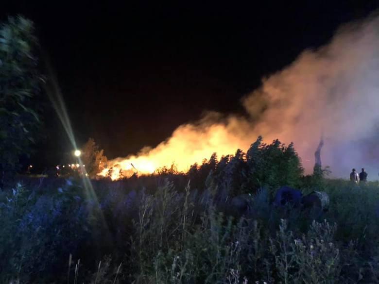 Około godziny 1 w nocy w miejscowości Kładno (gmina Będzino) w nieużytkowanej stodole wybuchł groźny pożar. - W akcji gaśniczej brało udział 8 zastępów