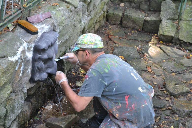 Adam Plackowski pracujący nad paszczą lwa, z której leci woda. Zobacz kolejne zdjęcia. Przesuń zdjęcia w prawo - wciśnij strzałkę lub przycisk NASTĘ
