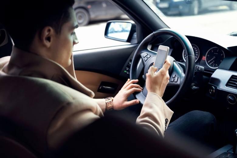 Bardzo niebezpieczny SMS. Ile czasu samochód jedzie bez kontroli, kiedy sięgasz po telefon?