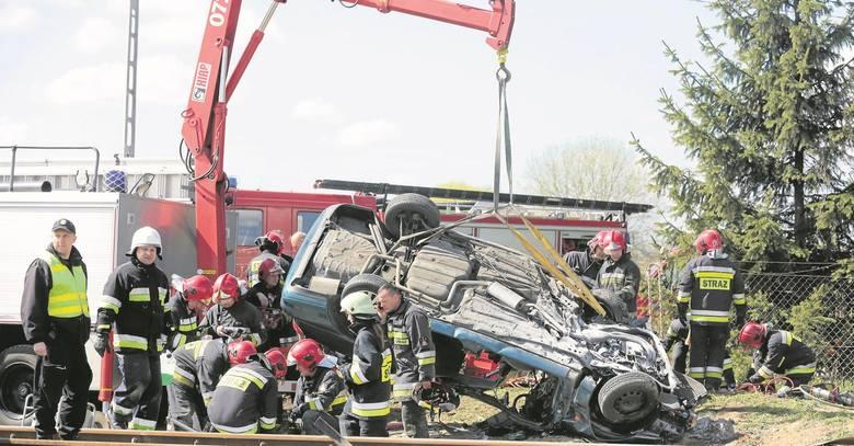 Warzymice, wiosna 2016 roku. Niestety to nie są ćwiczenia, ale realia. Śmierć poniósł kierowca.  W Polsce, ponad 90 procent wypadków na przejazdach kolejowych jest skutkiem błędu lub nieostrożności kierowców.