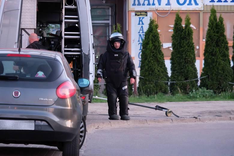 - Bloczek owinięty folią okazał się ogranicznikiem do drzwi - mówi Andrzej Baranowski, rzecznik podlaskiej policji. - Miał podbierać drzwi, aby się nie