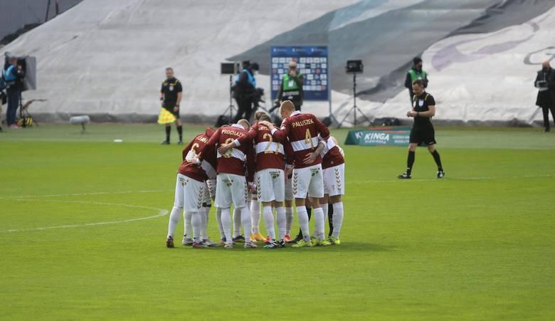 Górnik Zabrze przegrał z Wartą Poznań 1:2, choć zagrał w nowych koszulkach Zobacz kolejne zdjęcia. Przesuwaj zdjęcia w prawo - naciśnij strzałkę lub