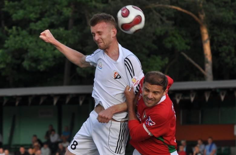 Pojedynek powietrzny Rolanda Buchały (biała koszulka) z Marcinem Lachowskim.
