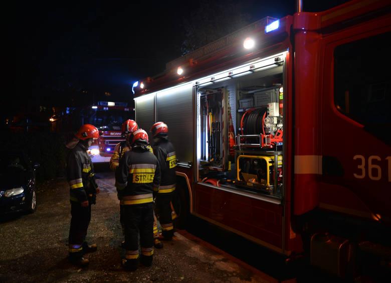 W czwartek chwilę po godz. 19 straż pożarna w Przemyślu odebrała zgłoszenie o pożarze kamienicy na ul. Rogozińskiego. Nad budynkiem widać było kłęby