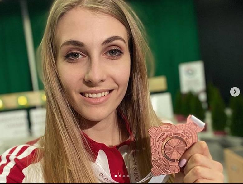 Natalia Kochańska pięknie wygląda z brązowym medalem za mistrzostwa Europy w strzelectwie