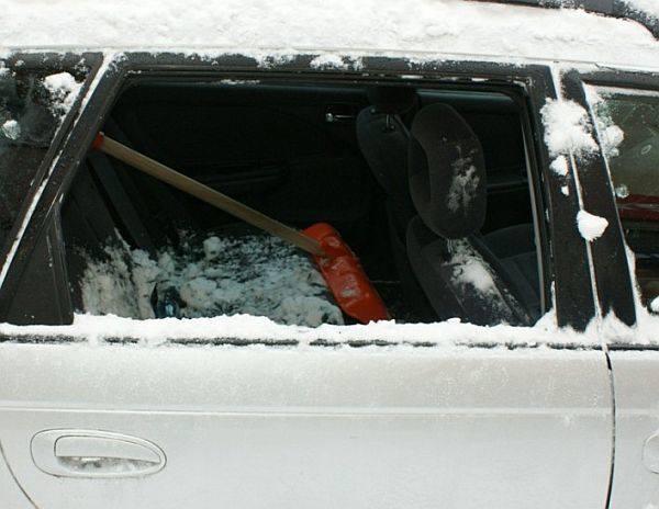 Bryła lodu spadła na auto zaparkowane przy Kraszewskiego