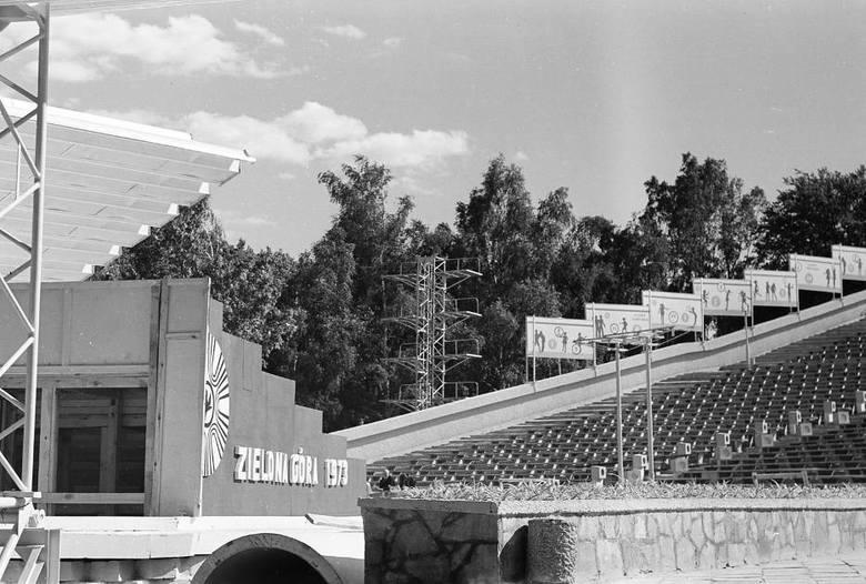 Amfiteatr zielonogórski rozpoczął szeroką działalność na początku lat 70. XX wieku. Wtedy to nowy obiekt wybudowali mieszkańcy w czynie społecznym. Pierwszy