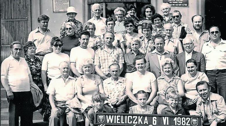 Dawne to czasy, kiedy rzemieślnicy jeździli na wycieczki. Tadeusz Kraśniewski z żoną siedzą pośrodku
