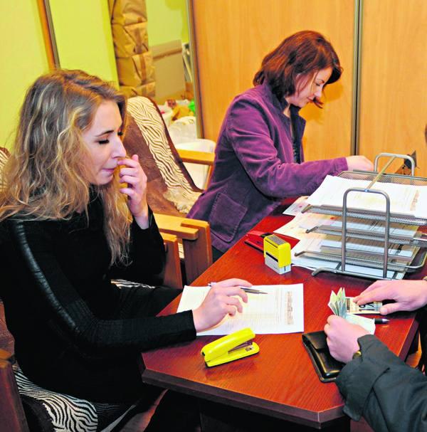 Zgłoszenia chęci zakupu kostki były wczoraj przyjmowane przez dwie osoby.
