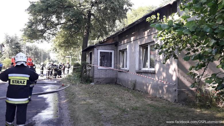 Jako pierwsi dotarli na miejsce strażacy z OSP Kazimierz. Okazało się, że pali się parter wielorodzinnego budynku mieszkalnego. Ratownicy weszli do środka