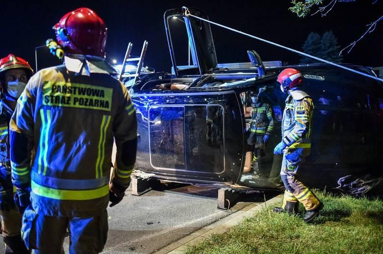 Policjanci zatrzymali wszystkich jadących samochodem. Na miejsce wezwano technika i dokonano przeszukania pojazdu.Dalsze ustalenia powinny być znane