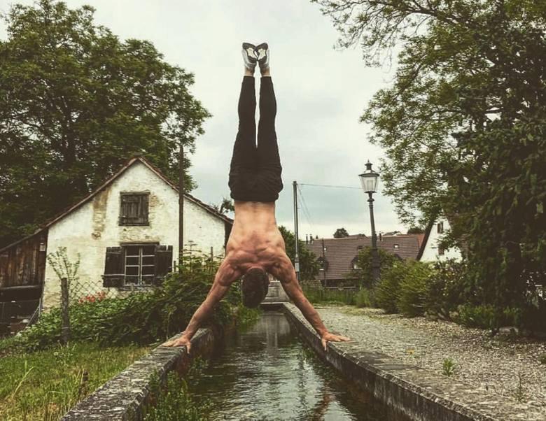 Maciej Szlufik ma 23 lata i pochodzi ze Szprotawy. Na co dzień mieszka i pracuje w Zielonej Górze. Ponadto na Uniwersytecie Zielonogórskim studiuje dziennikarstwo