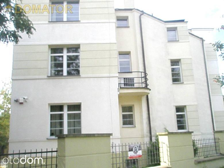 2-piętrowy dom o powierzchni 550 m². Dom zaaranżowany na lokale biurowe - siedzibę biura, księgowość itp., ale również może zostać zaadaptowany na dom
