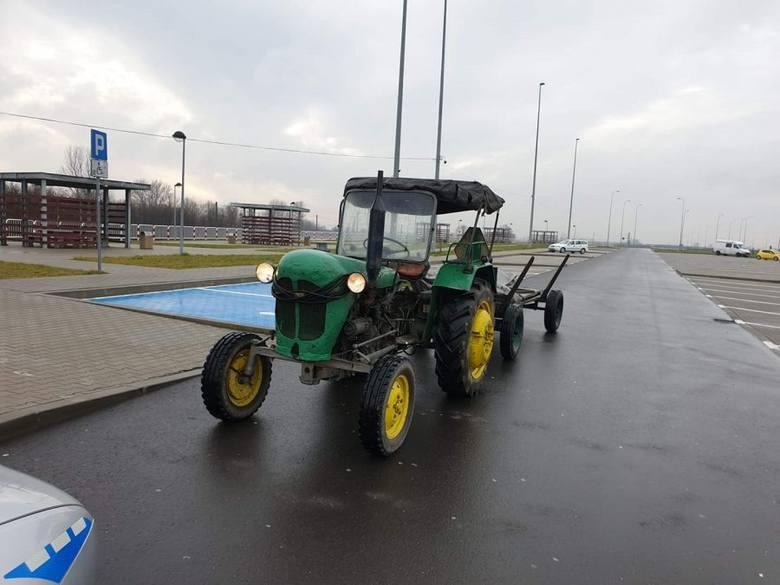 Wjechał ciągnikiem rolniczym z wozem na autostradę A4