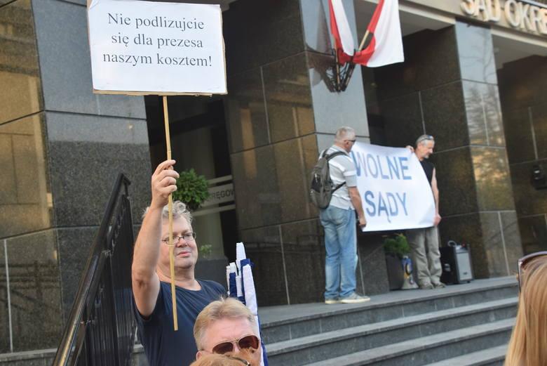 W środę o godz. 19 przed białostockim sądem okręgowym przy ul. Skłodowskiej 1 rozpoczął się protest. Ma związek z rozpoczynającą się właśnie sesją S