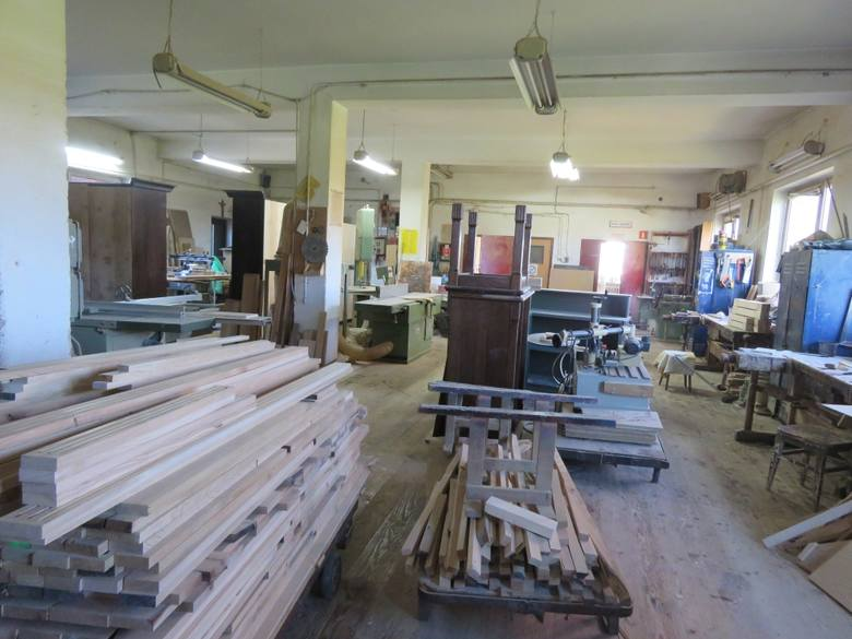 Zakład firmy Wypiór, produkującej meble na  zamówienie, mieści się na parterze domu. Pracuje tu ojciec z synami