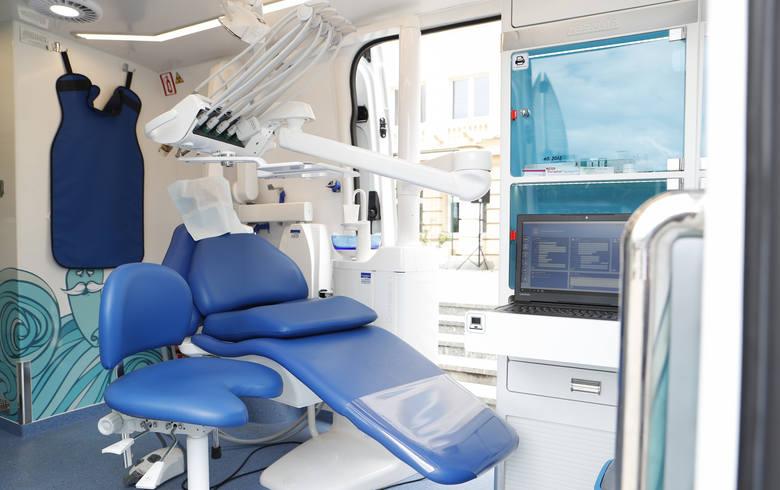 Dentobus, który udziela pomocy stomatologicznej chorym na Covid-19 lub przebywającym na kwarantannie, znajduje się obecnie we Włocławku przy Hali Mistrzów