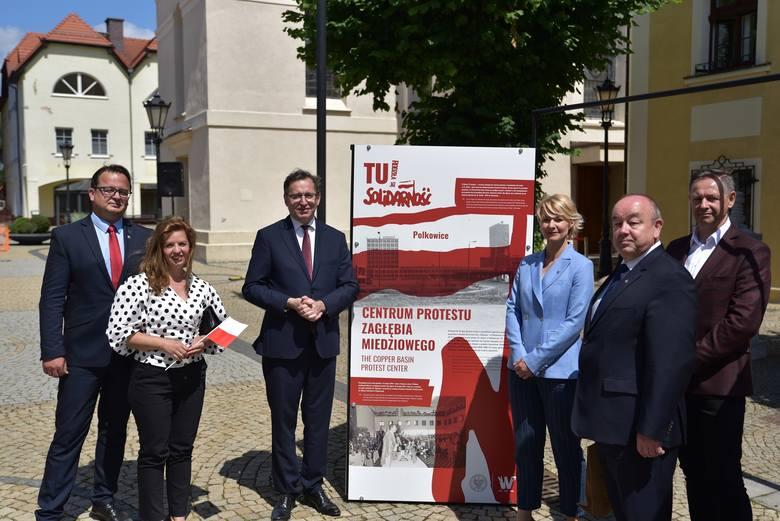 Polkowice. Od lewe: Jerzy Rudnicki (OBEN IPN Wr.), dr Iwona Demczyszak (OBEN IPN Wr.), dr Jarosław Szarek  (Prezes IPN), Joanna Dardzińska (p.o. Naczelnika OBEN IPN Wr.), dr Andrzej Drogoń (Dyrektor Oddziału IPN we Wrocławiu), dr Andrzej Olejniczak (OBEN IPN Wr.).