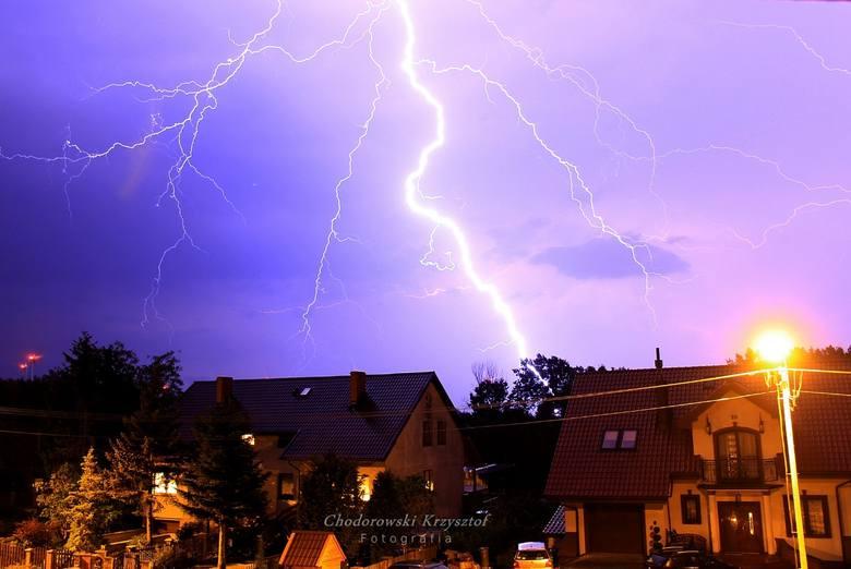 Nocna burza nad Słupskiem i regionem na zdjęciach przesłanych przez Internautów.