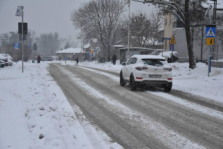 Chrzanów, Olkusz. Miasta i wsie pokryły zwały śniegu. Piesi wciąż przedzierają się przez zasypane chodniki [ZDJĘCIA]