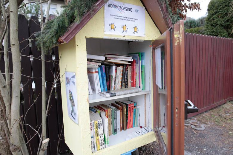 Bookcrossing przy ulicy. Każdy może tu przyjść i wziąć sobie książkę.