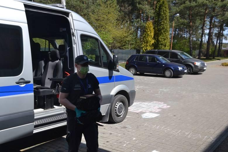 """Funkcjonariusze z Zakładu Karnego w Żytkowicach zbierali książki dla podopiecznych """"Pandy"""" w Kozienicach"""