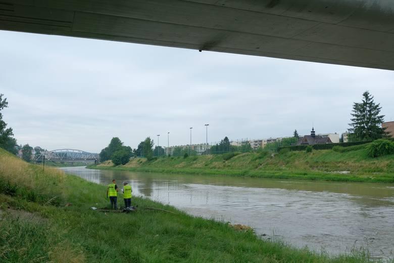 We wtorek przed godz. 6 policjanci zauważyli ciało w rzece San pod mostem im. Ryszarda Siwca w Przemyślu. Na miejsce wezwano pogotowie ratunkowe i dwa