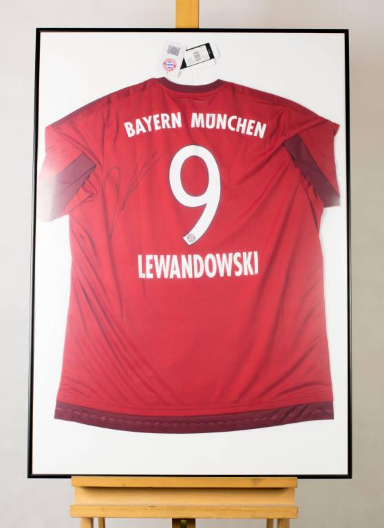 Podpisana przez kapitana reprezentacji Polski koszulka Bayernu Monachium.<br /> <br /> Obecna cena: 5 050 zł<strong><br /> <a href=
