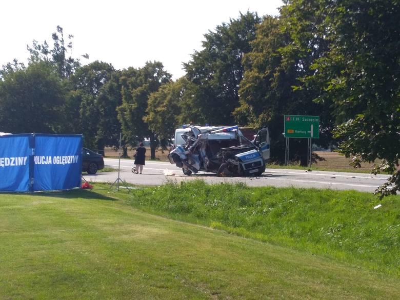 Dzisiaj (wtorek) przed godziną 14 na drodze krajowej nr 6 doszło do tragedii. W wypadku radiowozu z pojazdem rolniczym zginęła jedna osoba.- Przed godziną