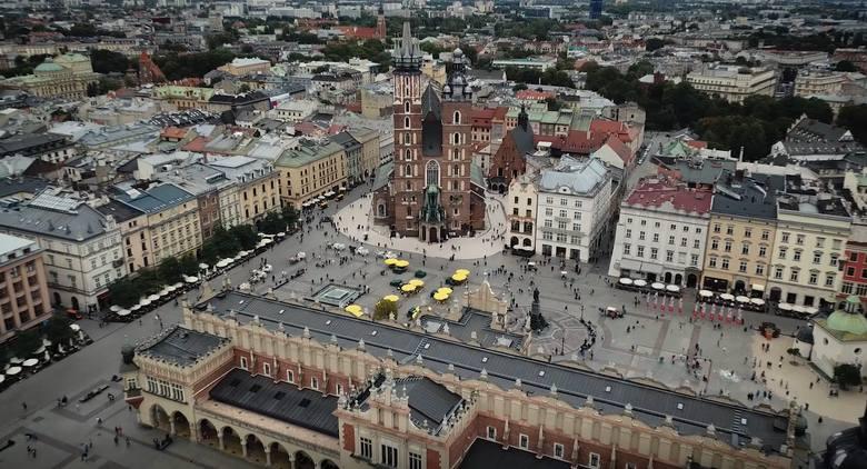 Grupa pasjonatów wzbiła się dronem nad Stare Miasto w Krakowie i wyprodukowała niesamowity film