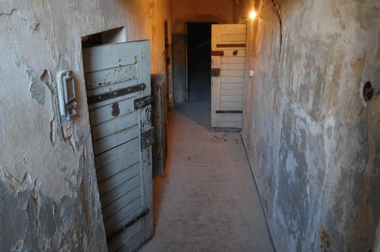 Starty korytarz prowadzący do celi śmierci w więzieniu w Nowogardzie