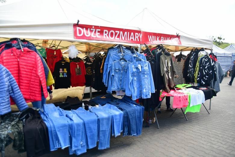 Wrócił handel na bazarze wokół Radomskich Hal Mięsnych przy ulicy Wernera. Więcej sprzedawców i klientów, ale tłumów nie było