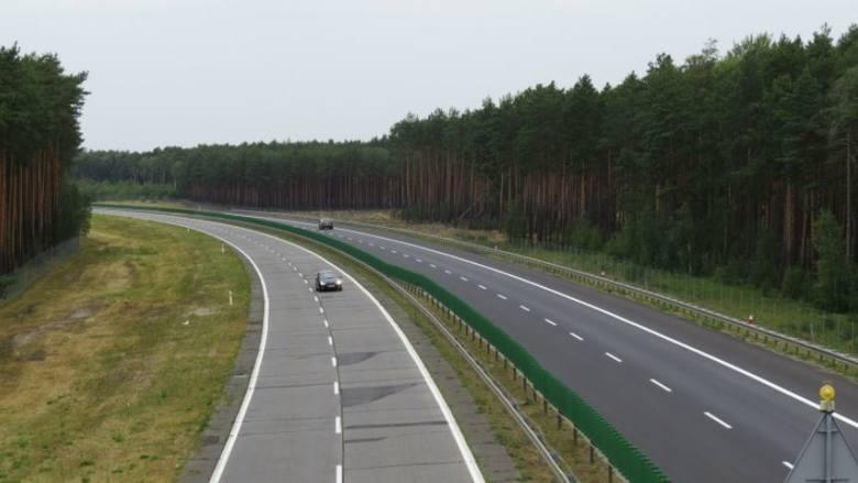 """Południowa jezdnia drogi krajowej nr 18 (docelowo A18), złośliwie nazywana """"najdłuższymi schodami Europy"""", zostanie wreszcie przebudowana. Realizacja"""