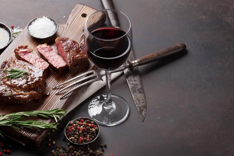 WINO + CZERWONE MIĘSOte produkty nie idą w parzeWiele osób docenia walory smakowe połączenia czerwonego wina z czerwonym mięsem, jeśli jednak spojrzymy