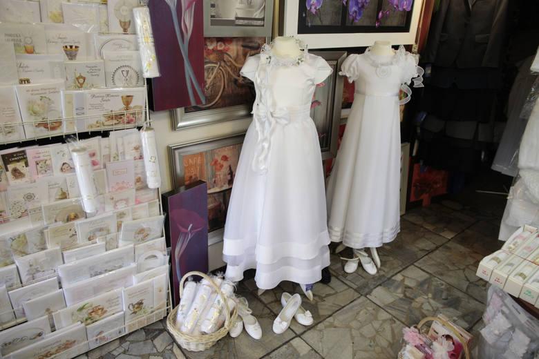 Wybór kartek z życzeniami na Pierwszą Komunię Świętą oraz wszelkiego rodzaju gadżetów - od sukni po bibeloty to dziś spora gałąź handlu
