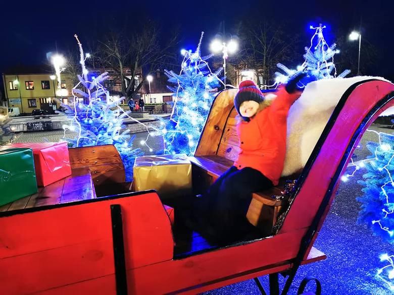 Na skaryszewskim rynku rozbłysły już świąteczne iluminacje. Oprócz pięknie przystrojonej choinki, mieszkańcy mogą podziwiać między innymi sanie z reniferami,