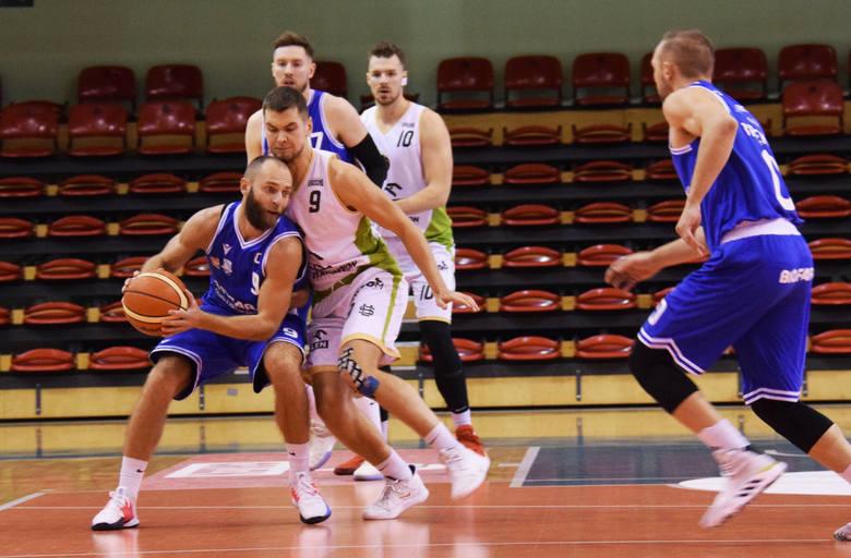 W meczu 1 ligi koszykarze Miasta Szkła pokonali na własnym parkiecie Biofarm Basket Poznań 80:71 (20:17, 19:11, 22:20, 19:23).Zobacz też: Kadra Rzeszowskiego