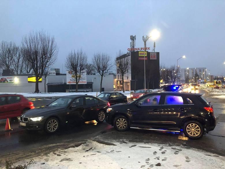 Do wypadku doszło w piątek, 4 stycznia, na al. Zjednoczenia tuż koło skrętu w ul. Wiejską. Policjant i policjantka zostali zabrani do szpitala.Do zderzenia