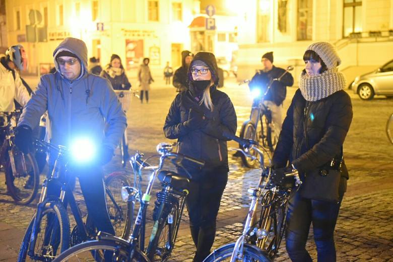 W sobotę przejechała przez Toruń ostatnia w tym roku Rowerowa Masa Krytyczna. Jej uczestnicy stawili się na Rynku Nowomiejskim Pod kocami, z psami, a