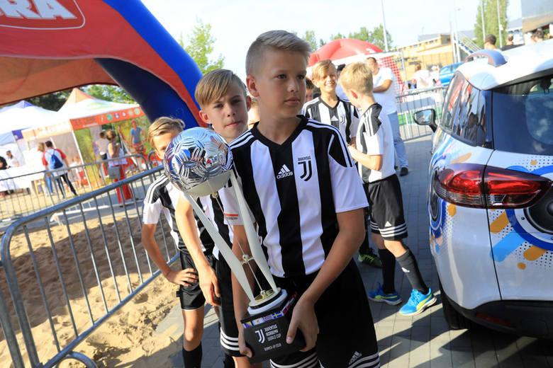 Strefa Kibica w Toruniu. Toruńską strefę kibica wypełniły tłumy mieszkańców. Nie zabrakło atrybutów każdego sympatyka futbolu, m.in. szalików czy koszulek. <br />