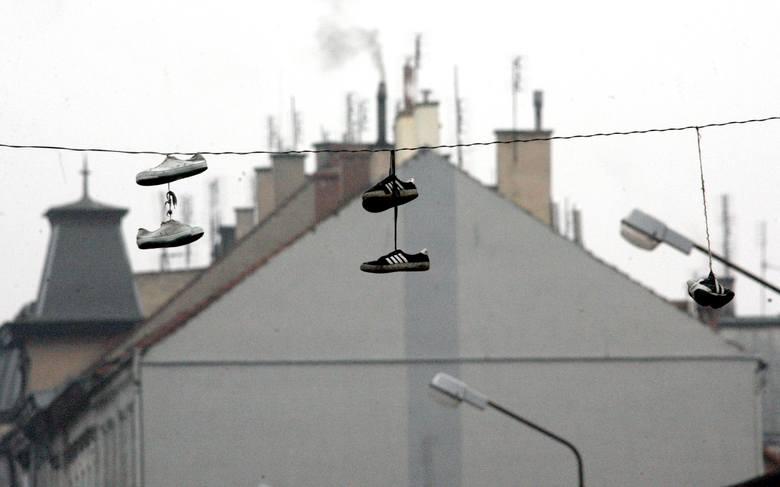 Wielu z Was zapewne nie raz widziało buty, wiszące na przewodach wysokiego napięcia czy innych miejskich drutach. Zastanawialiście się, skąd się one