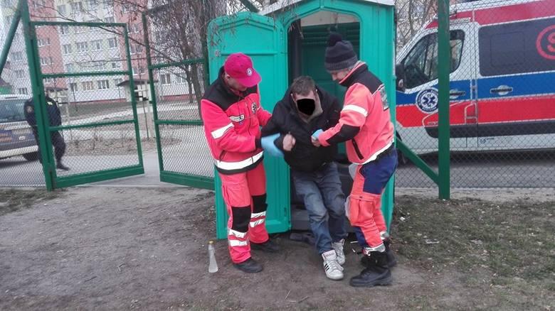 Straż Miejska z Inowrocławia otrzymała dziś sygnał od mieszkańca o bezdomnym, który śpi w toi-toju.- Mężczyzna ten był znany strażnikom, jednak za każdym