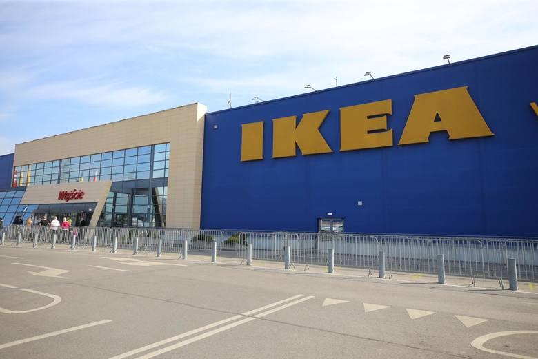 IKEA właśnie ogłosiła ogromną wyprzedaż. Ceny towaru zostały obniżone nawet o 70 proc. Sklep wyprzedaje bowiem ostatnie sztuki produktów, które niebawem