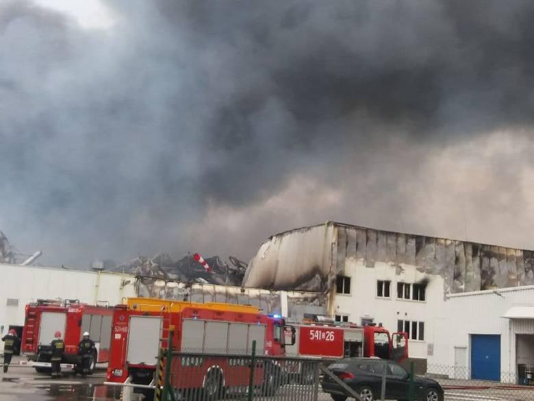 Pożar hali produkcyjnej w Skórczu. Na miejscu pracują 44 zastępy straży pożarnej! 27.05.2019