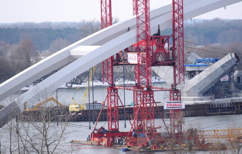 Tak się buduje most przez Wisłę. Toruń długo na to czekał